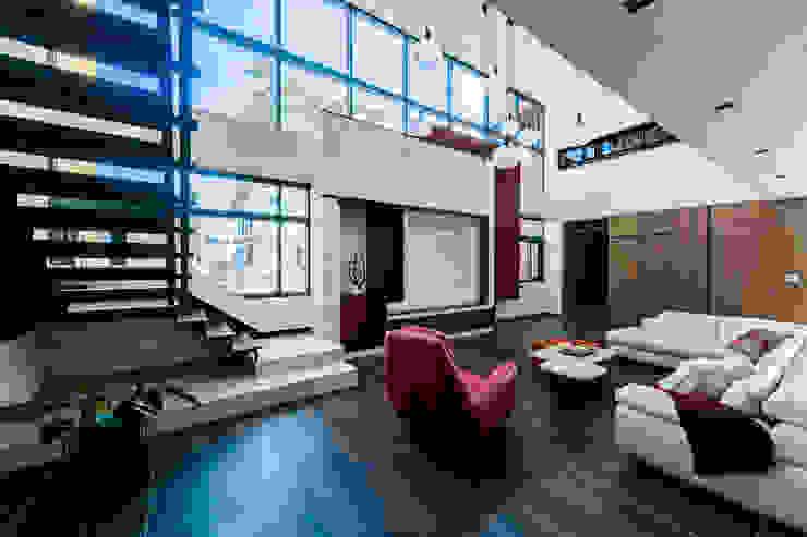 串連•流動 现代客厅設計點子、靈感 & 圖片 根據 李嵩興建築師事務所 現代風