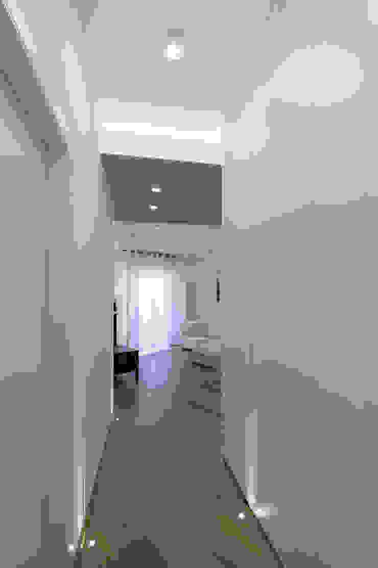 Casa <q>IP</q> interni prospettici MAMESTUDIO Ingresso, Corridoio & Scale in stile moderno