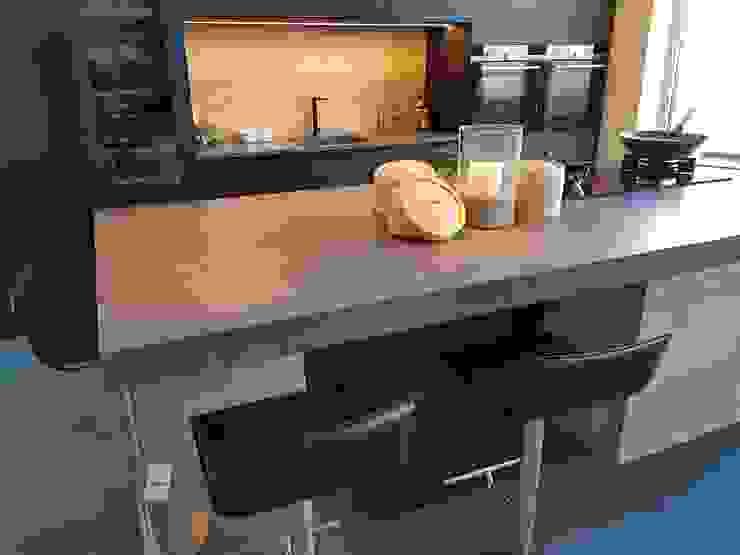 Sfeervolle keuken opstelling met Corian Lava Rock werkbladen Cora Techniek Moderne keukens Kunststof Grijs
