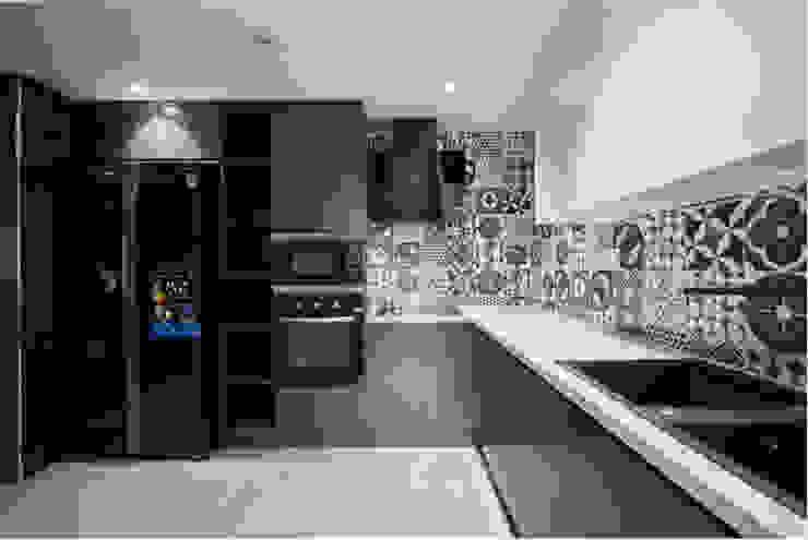 SEASON AVENUE – THIẾT KẾ CHUNG CƯ CAO CẤP MỘC MẠC MÀ SANG TRỌNG Nhà bếp phong cách kinh điển bởi Neo Classic Interior Design Kinh điển