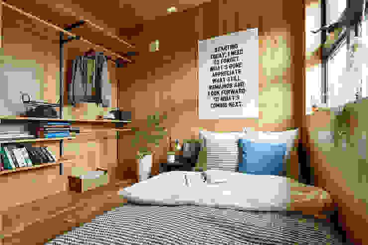 土間のあるローコスト木造住宅 IGArchitects 小さな寝室 合板(ベニヤ板) 木目調