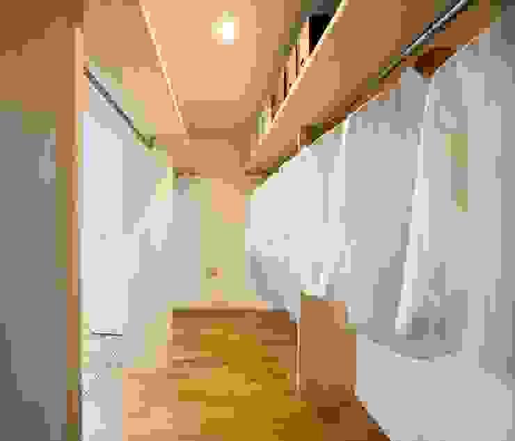 家族みんなで使う「ファミリークローゼット」―寝室と廊下、両方から使う収納― 株式会社小木野貴光アトリエ 級建築士事務所 北欧デザインの ドレッシングルーム 木 木目調
