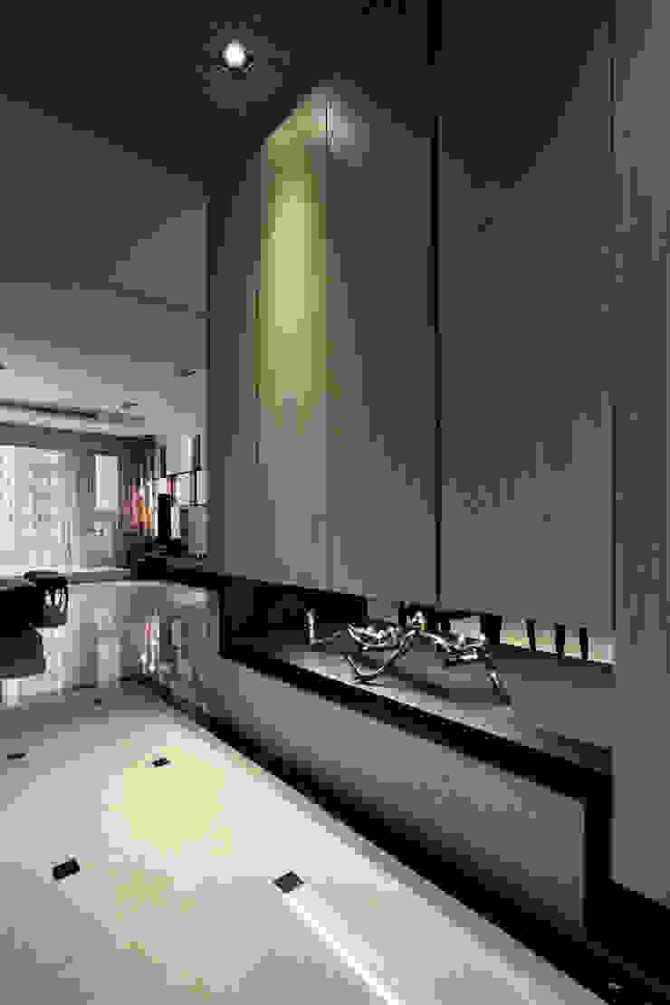 home memory 現代風玄關、走廊與階梯 根據 李嵩興建築師事務所 現代風