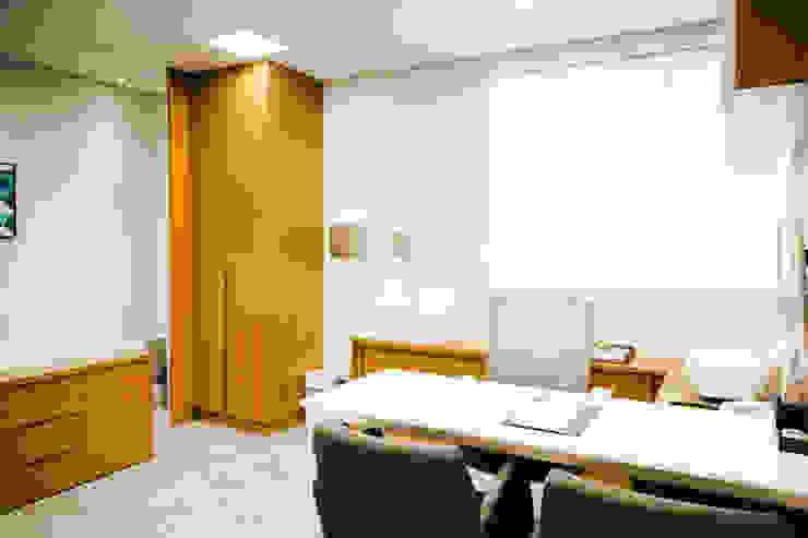 Consultório especializado em ortopedia clean C2HA Arquitetos Clínicas ecléticas