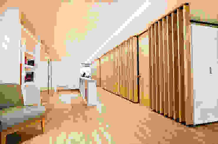 Acceso a la planta de Oficinas Ba75 Atelier de Arquitectura Pasillos, vestíbulos y escaleras modernos