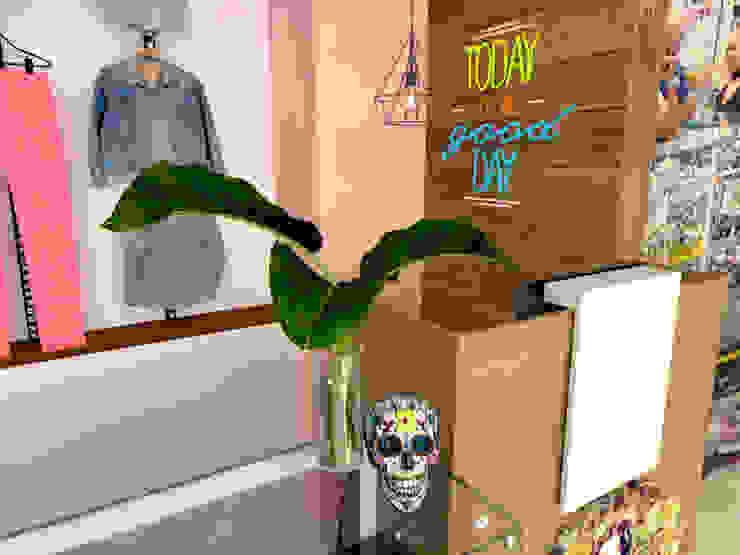 almacén ropa mujer de Naromi Design Moderno Madera Acabado en madera