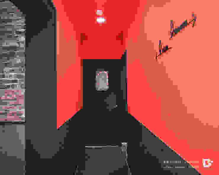 廁所外圍牆壁使用搶眼紅色油漆,延續logo的色調。 根據 業傑室內設計_ʏᴇʜᴊʏᴇ_sɪɴᴄᴇ1989 工業風