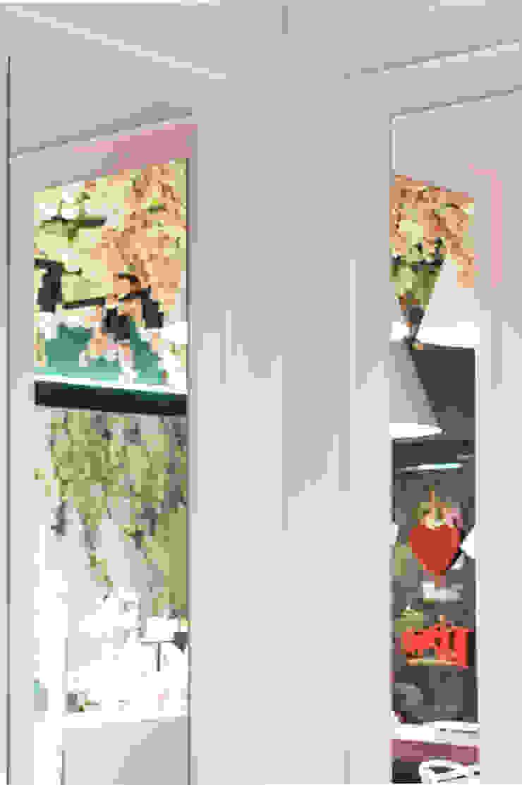 Specchi incastonati nelle boiserie Negozi & Locali commerciali in stile classico di viemme61 Classico