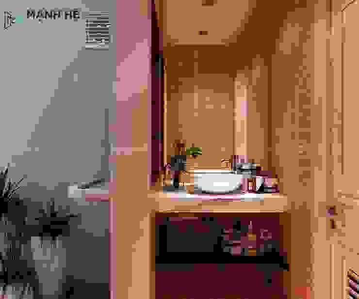 Nhà vệ sinh được sử dụng gạch ốp tường màu cam như mà gạch ống, đem đến nét đẹp mộc mạc nhẹ nhàng Phòng tắm phong cách hiện đại bởi Công ty TNHH Nội Thất Mạnh Hệ Hiện đại