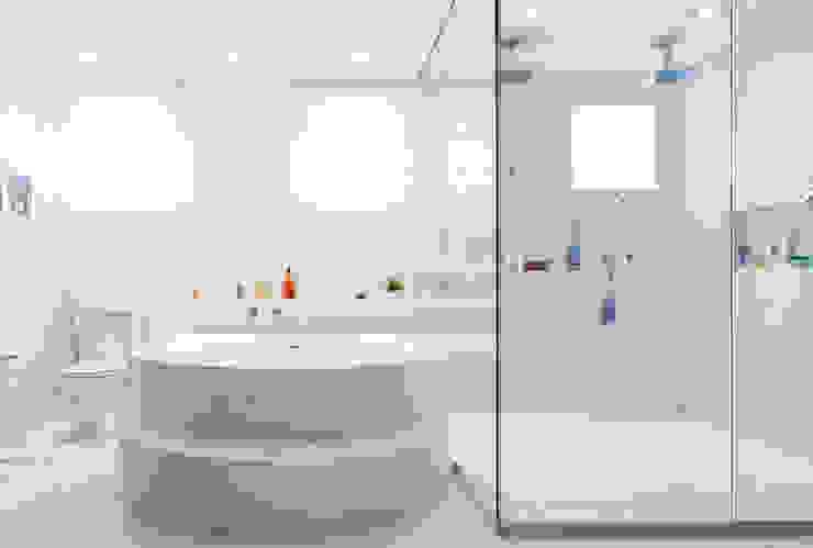 Banheiro do casal C2HA Arquitetos Banheiros ecléticos