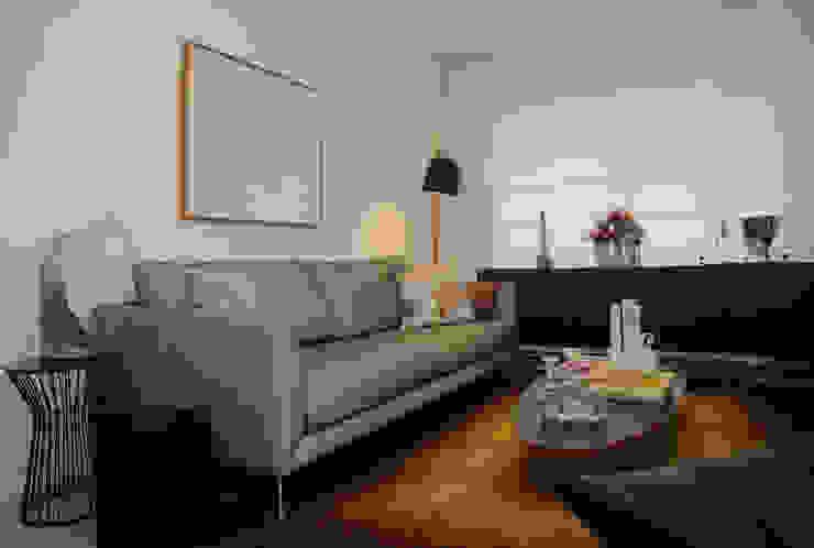 Apartamento de Publicitário Estrangeiro Salas de estar modernas por Enzo Sobocinski Arquitetura & Interiores Moderno Derivados de madeira Transparente