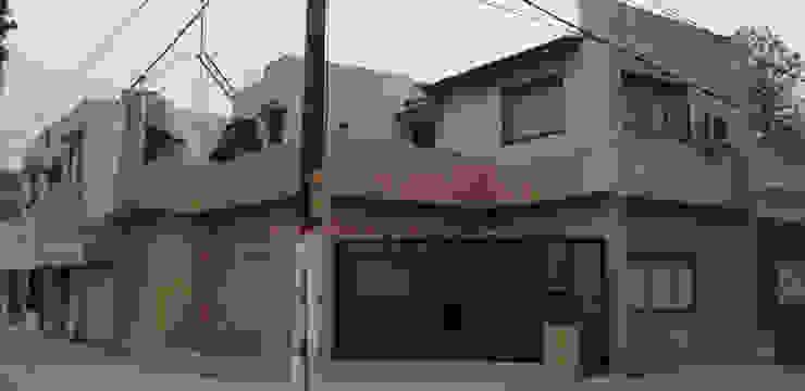 Casa J-1910 ELVARQUITECTOS Balcón Cerámico Beige
