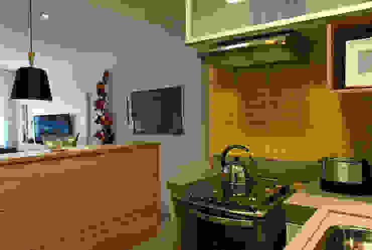 Enzo Sobocinski Arquitetura & Interiores Small kitchens Engineered Wood Yellow