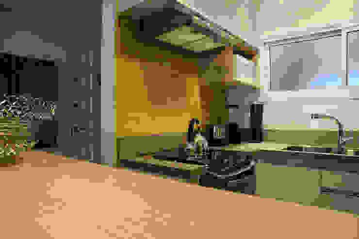 Apartamento de Publicitário Estrangeiro por Enzo Sobocinski Arquitetura & Interiores Moderno Derivados de madeira Transparente