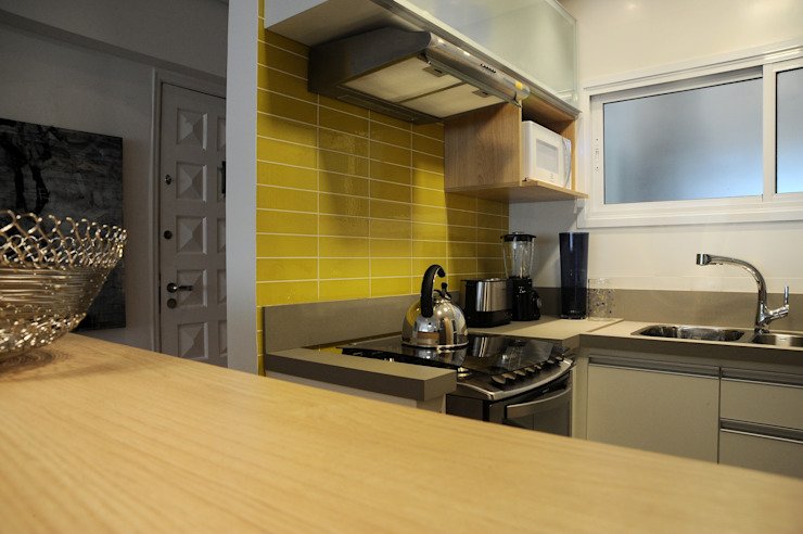 Enzo Sobocinski Arquitetura & Interiores Dapur kecil Kayu Buatan Yellow