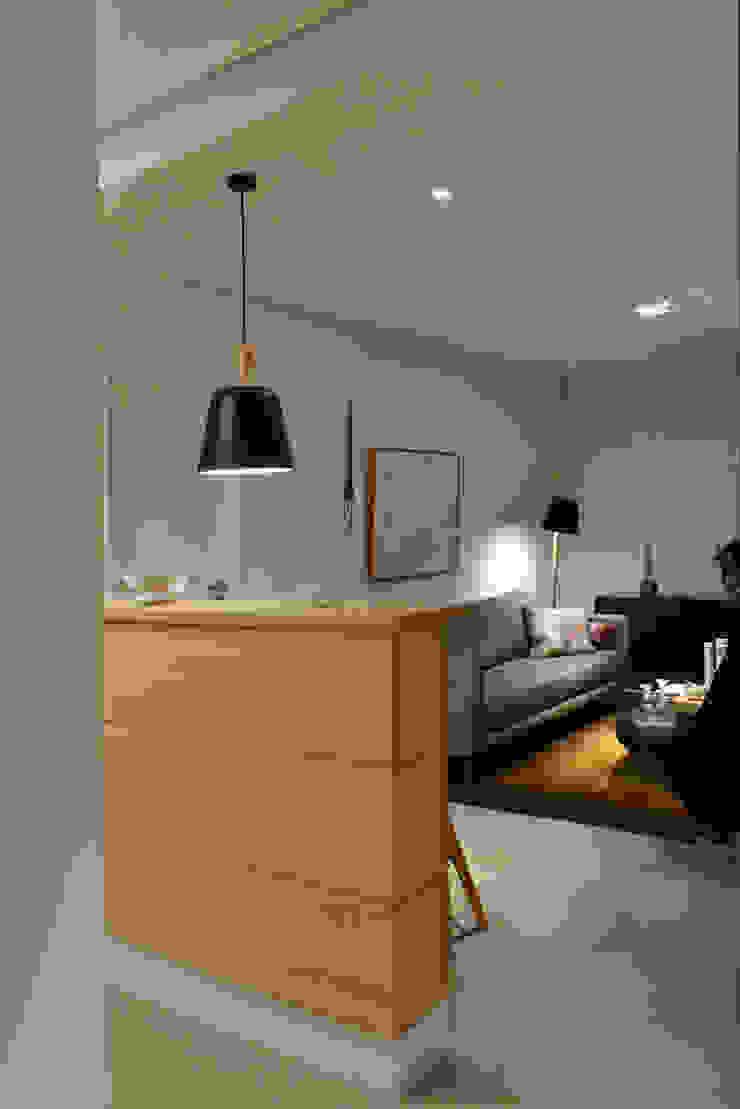 Enzo Sobocinski Arquitetura & Interiores Modern corridor, hallway & stairs Engineered Wood Yellow