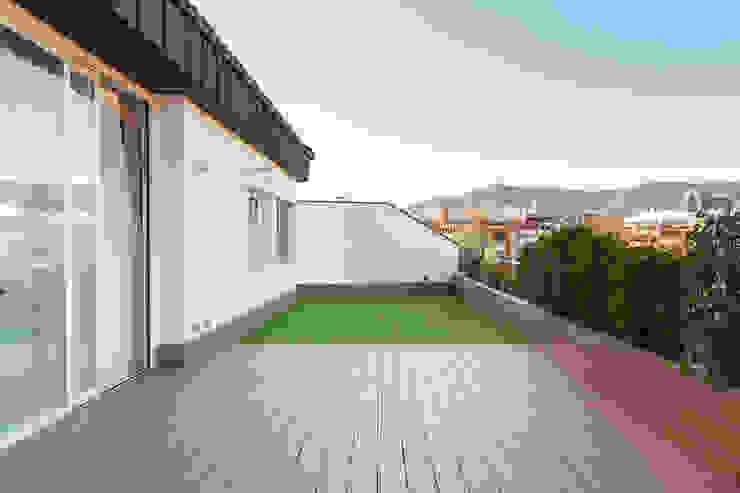 Vivienda calle Londres Balcones y terrazas de estilo moderno de ESTUDIO DE CREACIÓN JOSEP CANO, S.L. Moderno