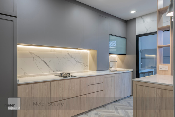 Warm Elegance Modern kitchen by Meter Square Pte Ltd Modern Solid Wood Multicolored