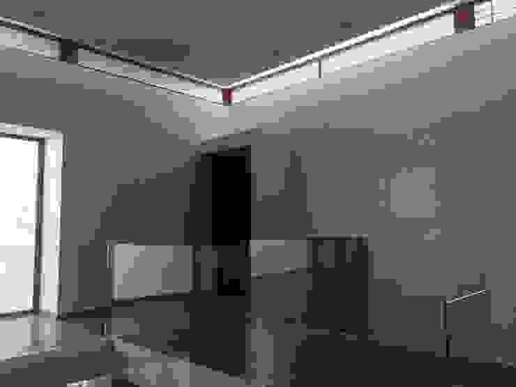 Vivienda habitacional Quinchamali Pasillos, halls y escaleras mediterráneos de Wandersleben Chiang Soc. de Arquitectos Ltda. Mediterráneo
