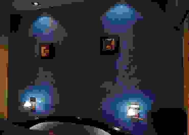estuco natural a la cal en cabecero azul cielo Pintores Juan Jiménez Hoteles de estilo clásico Azul