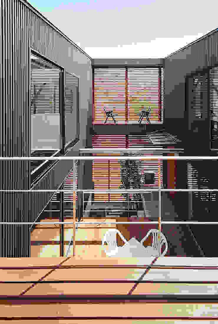 バルコニーより中庭を見る モダンデザインの テラス の 有限会社笹野空間設計 モダン