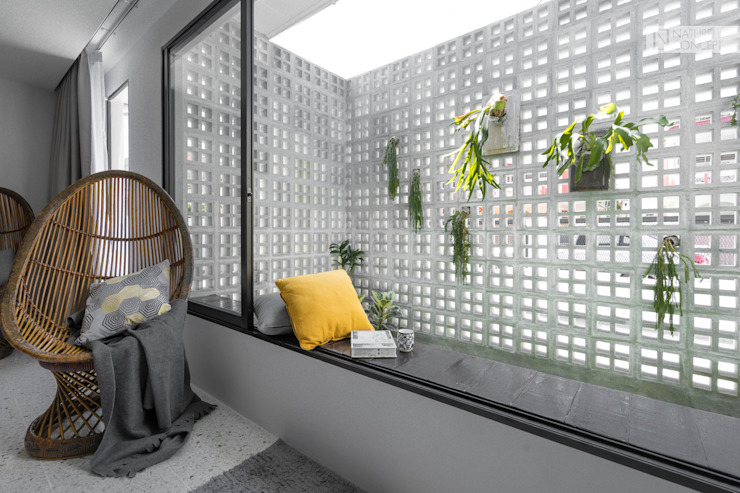 Where Bold colors meet classic Minimalism Nature Concept Contracts Sdn. Bhd. Minimalist style garden