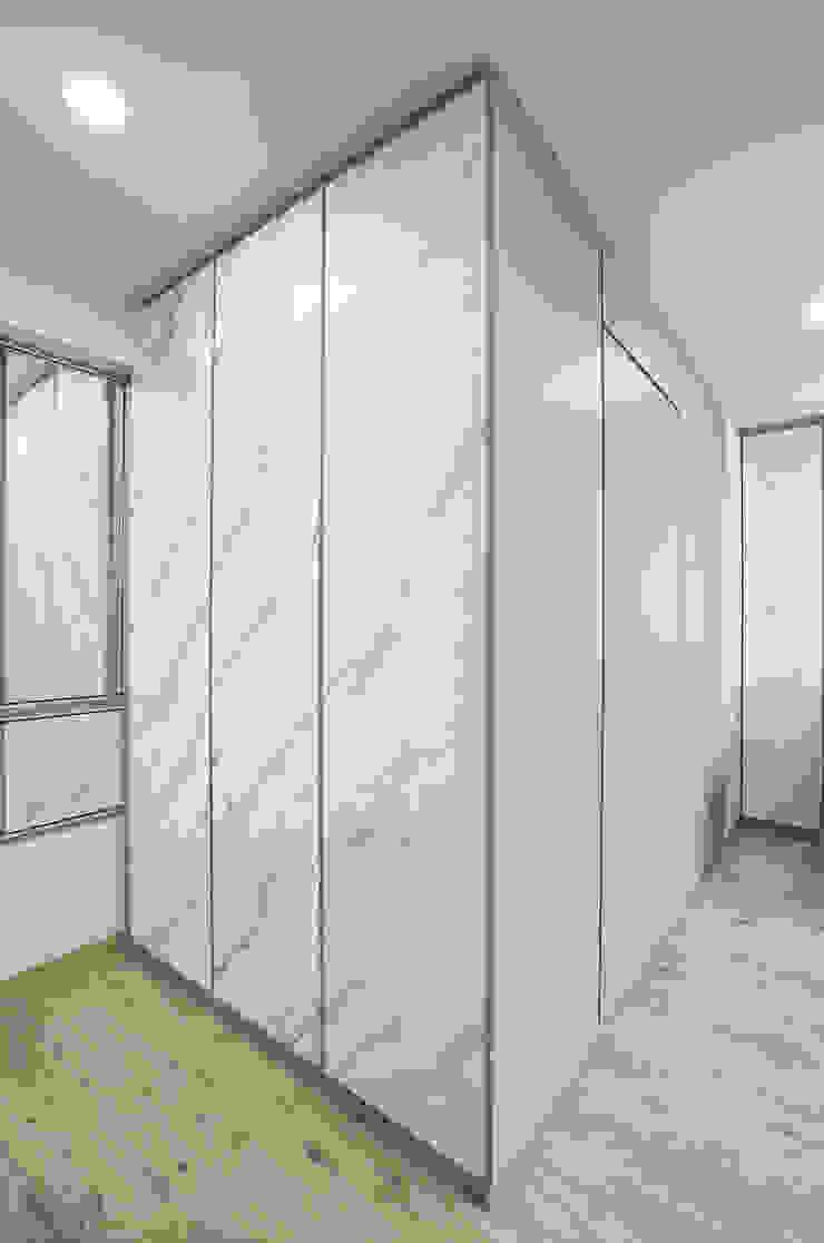 Modern comtemporary Modern dressing room by Meter Square Pte Ltd Modern Wood Wood effect