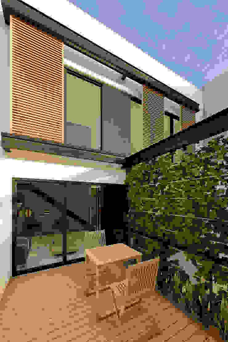 D4-Arquitectos Modern balcony, veranda & terrace Iron/Steel White