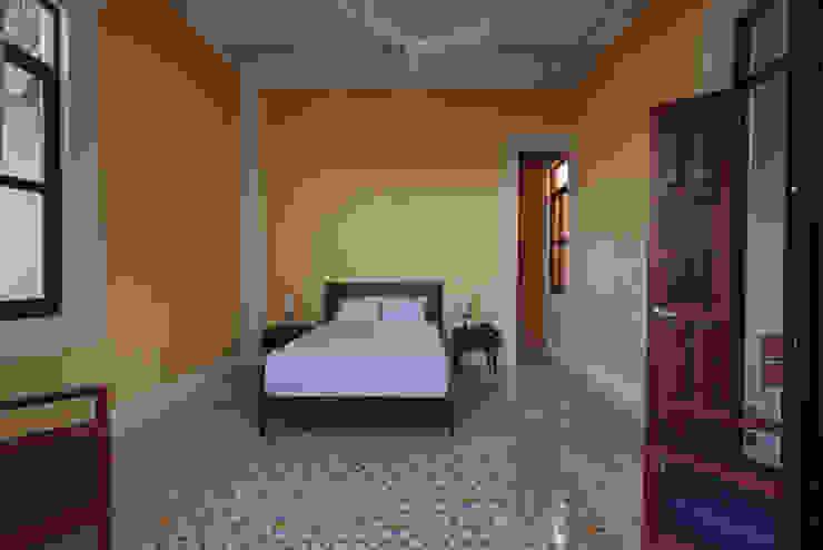 Taller Estilo Arquitectura モダンスタイルの寝室 黄色