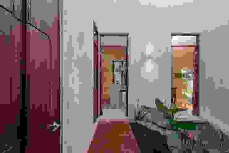 Taller Estilo Arquitectura Modern Corridor, Hallway and Staircase