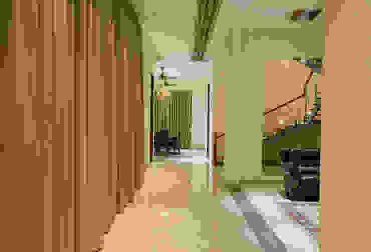 Corridor view Offcentered Architects Minimalist corridor, hallway & stairs