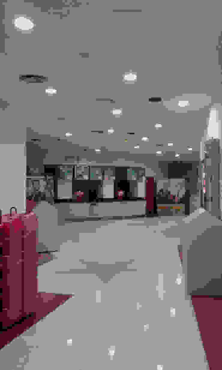 Sala de minicines en Madrid Pintores Juan Jiménez Bares y clubs de estilo moderno Beige