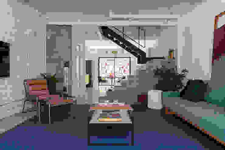 Sala de estar INÁ Arquitetura Salas de estar modernas