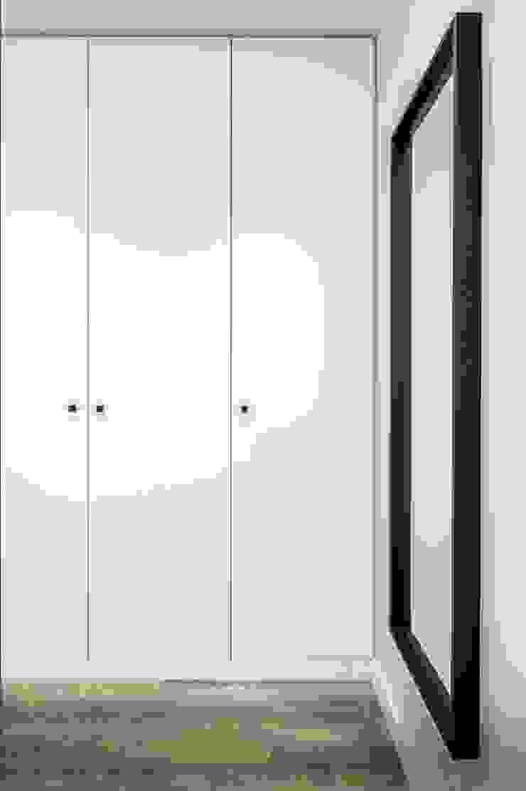 Phòng thay đồ phong cách hiện đại bởi 08023 Architects Hiện đại
