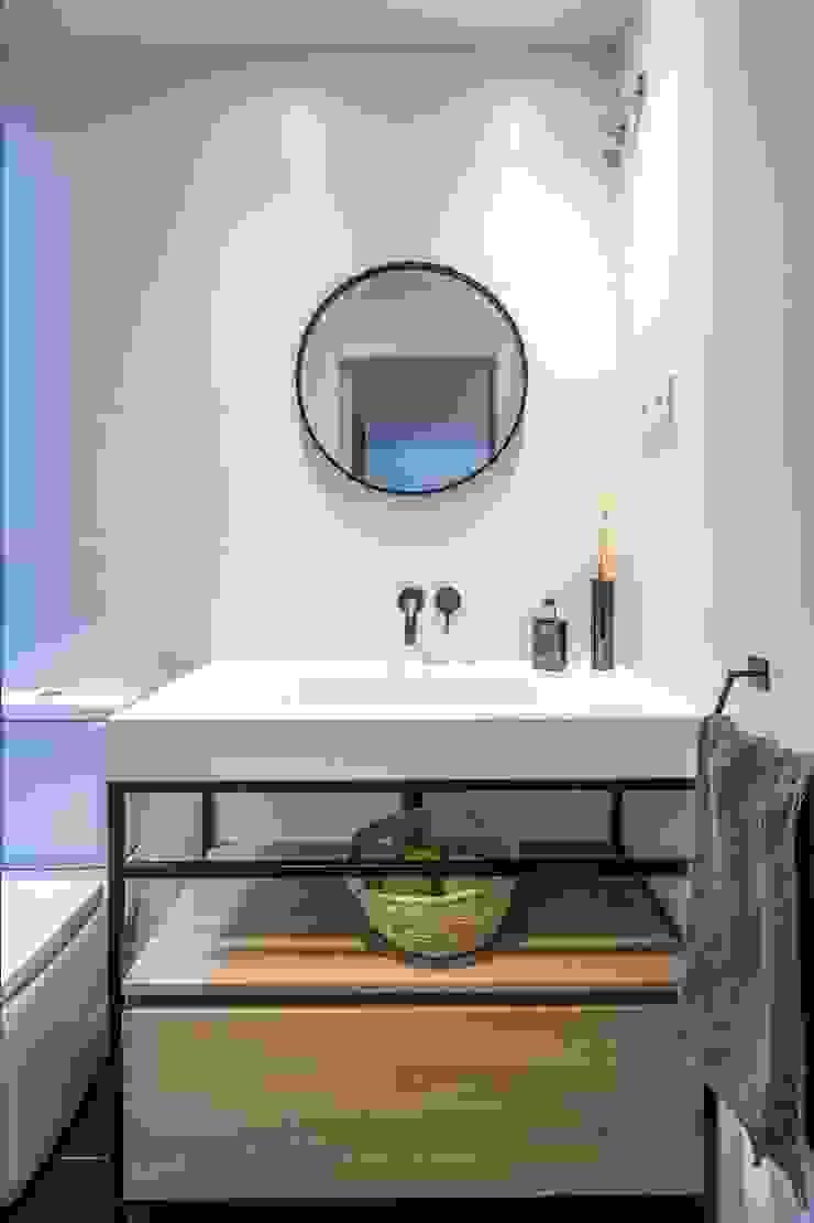 Phòng tắm phong cách hiện đại bởi 08023 Architects Hiện đại