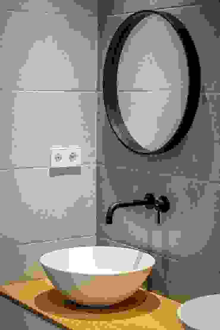 Phòng tắm phong cách hiện đại bởi 08023 Architects Hiện đại gốm sứ
