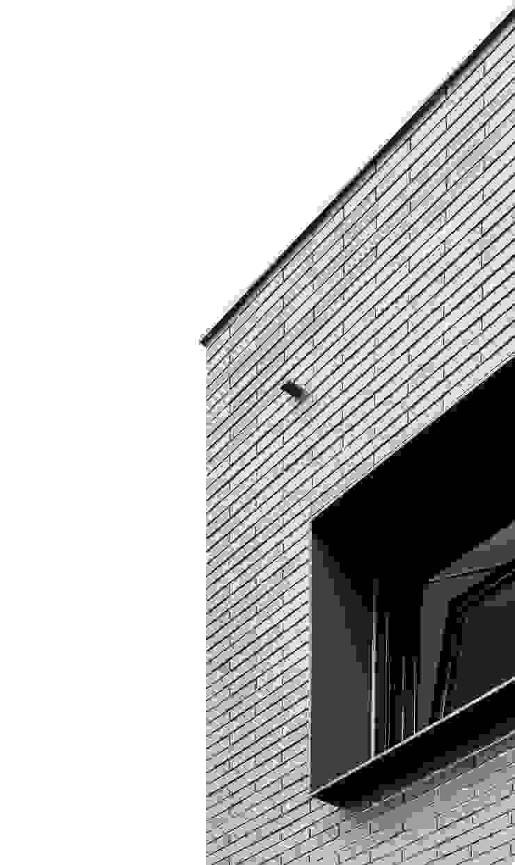 bởi 08023 Architects Hiện đại Gạch