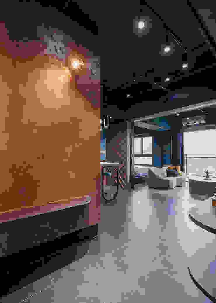 漢玥室內設計 Ingresso, Corridoio & Scale in stile industriale Variopinto