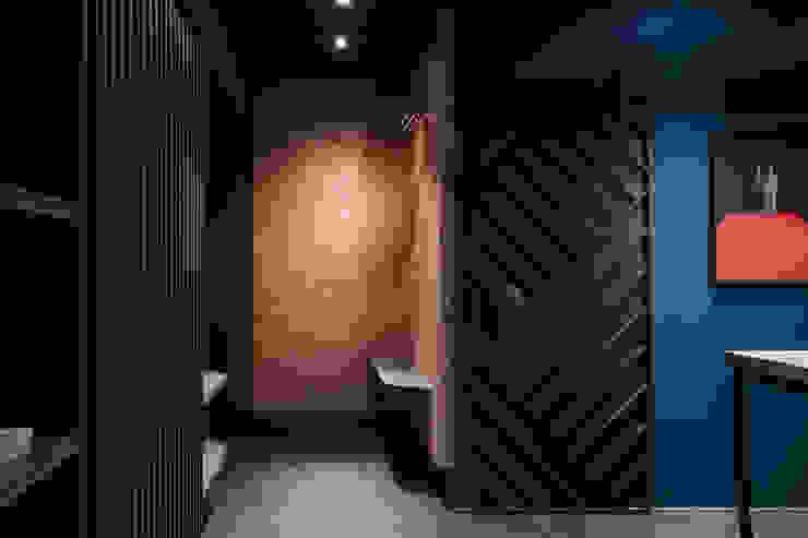 漢玥室內設計 Ingresso, Corridoio & Scale in stile moderno Variopinto