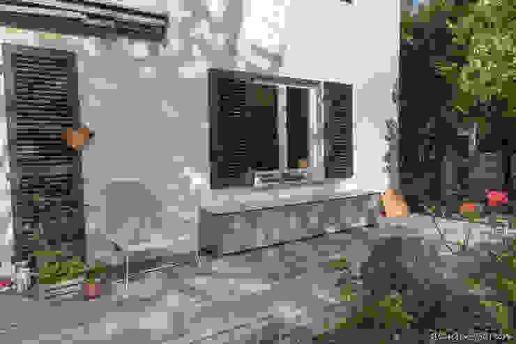 design@garten - Alfred Hart - Design Gartenhaus und Balkonschraenke aus Augsburg ระเบียง, นอกชาน ไม้ผสมพลาสติก Beige