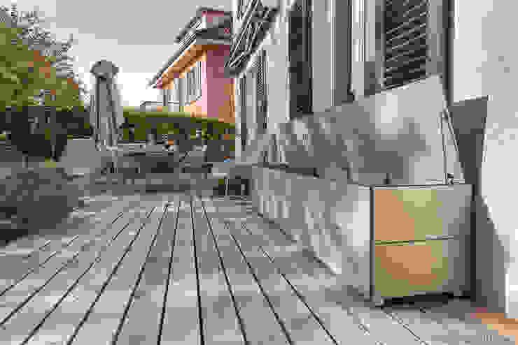 """Terrassenschrank @win """"Sitzboards"""" - wetterfest & UV-beständig design@garten - Alfred Hart - Design Gartenhaus und Balkonschraenke aus Augsburg Balkon Holz-Kunststoff-Verbund Beige"""