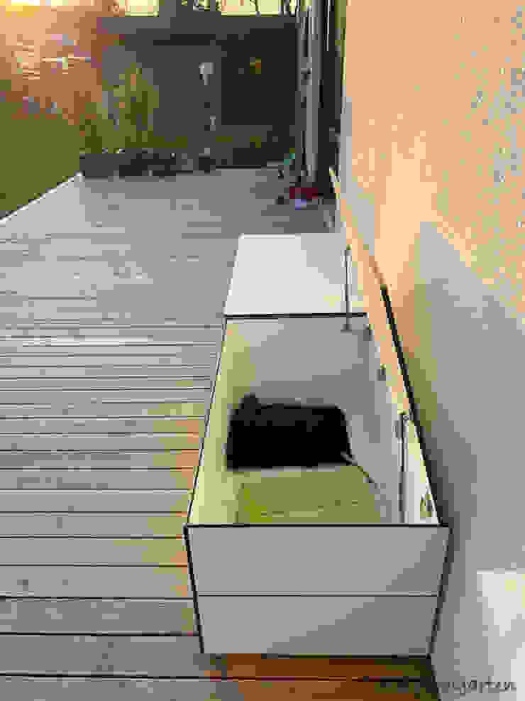 design@garten - Alfred Hart - Design Gartenhaus und Balkonschraenke aus Augsburg ระเบียง, นอกชาน ไม้ผสมพลาสติก White