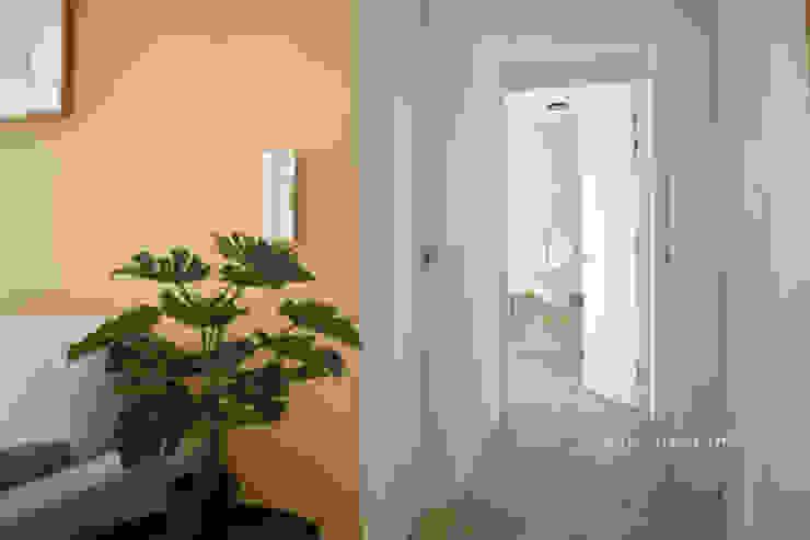 LITBULB Pasillos, halls y escaleras escandinavos Blanco