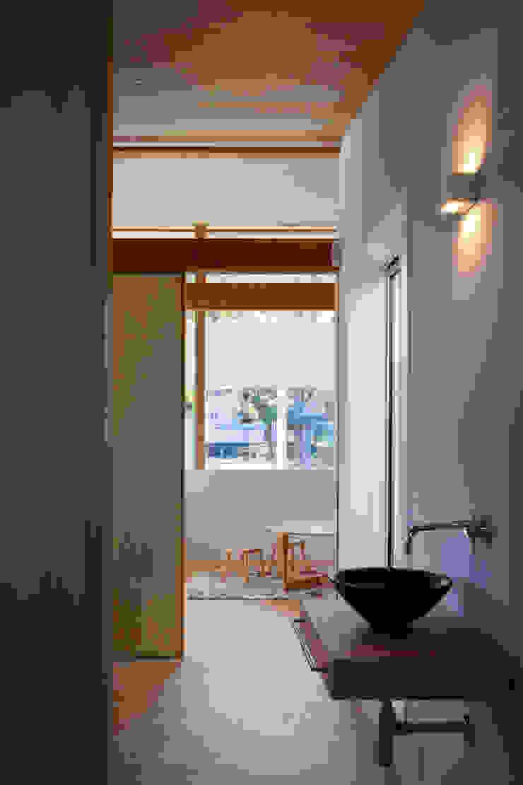 HAN環境・建築設計事務所 Modern Corridor, Hallway and Staircase White