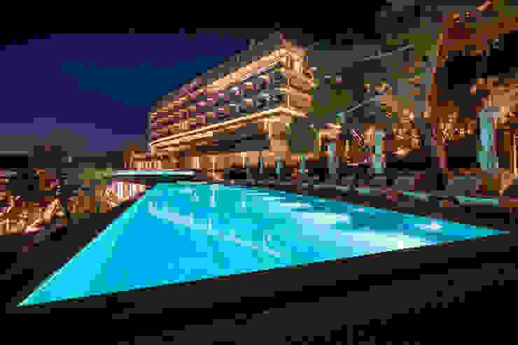 Four Seasons Hotel, Arion - Grecia - Linea Light Group Hoteles de estilo moderno de Ghenos Communication Moderno