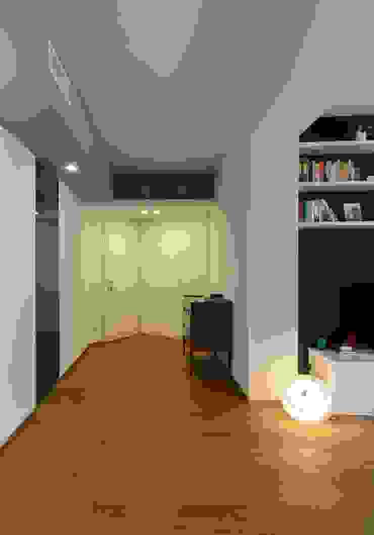 zona Tortona ristrutturami Ingresso, Corridoio & Scale in stile moderno Legno Nero