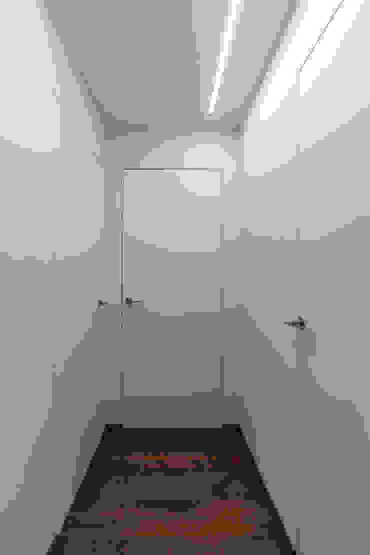 zona Tortona ristrutturami Ingresso, Corridoio & Scale in stile moderno Bianco