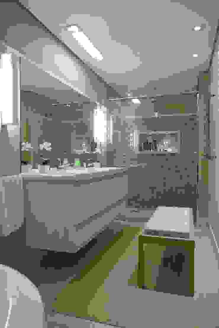 Tikkanen arquitetura Modern bathroom