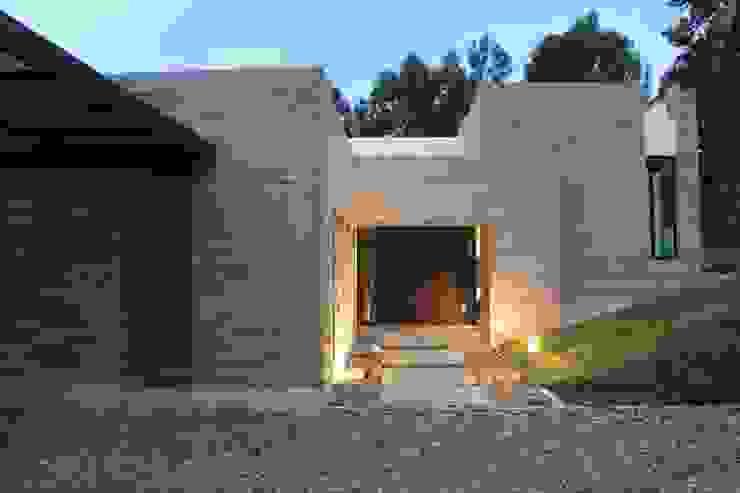 Acceso principal de IngeniARQ Arquitectura + Ingeniería Moderno Ladrillos