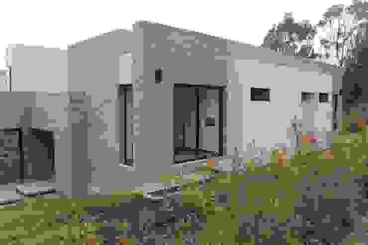 fachada posterior 2 de IngeniARQ Arquitectura + Ingeniería Moderno Ladrillos